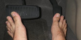 is it illegal to drive barefoot