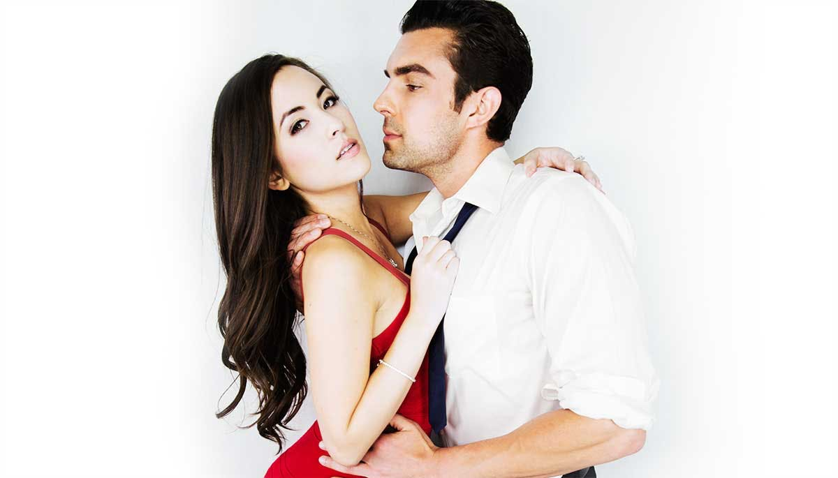 A man and woman hold each other after meeting on one of the best sugar daddy sites