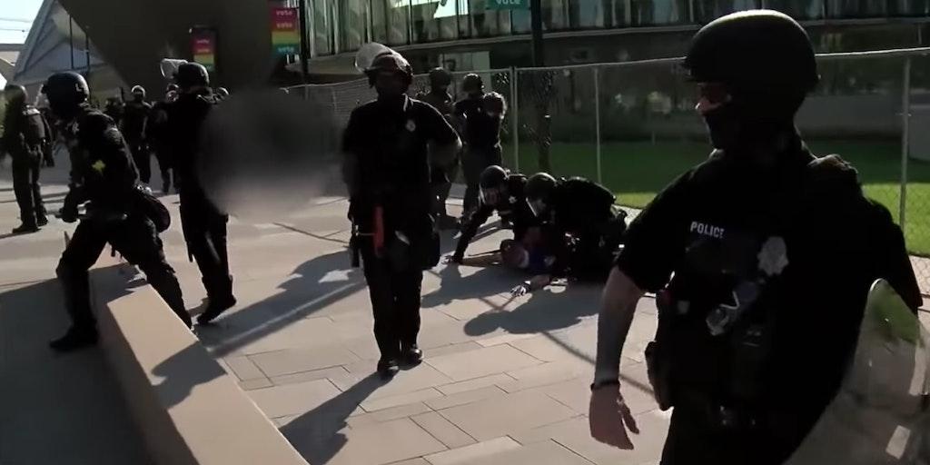 警察在抗议活动中逮捕了一名枪手