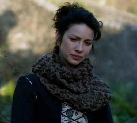 An image of Outlander season 1 that shows Claire in the knitted cowl.