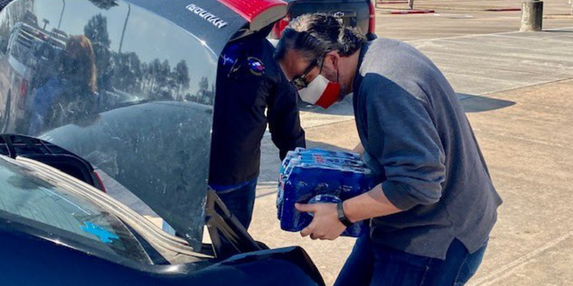 Sen. Ted Cruz (R-Tx.) loading water into a trunk