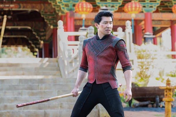 shang-chi holding a weapon