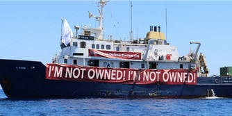 """C Star ship with """"I'm not owned! I'm not owned!"""" banner"""
